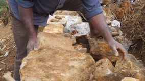 Blocs humains indiens adultes de coupe de granits avec le marteau pour le parterre dans le jardin botanique Frapper méconnaissabl banque de vidéos
