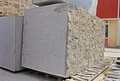 Blocs indiens énormes de granit pour faire des dalles de plancher Image libre de droits