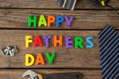 Blocs, lien et outils manuels heureux de jour de pères sur la planche en bois Images libres de droits