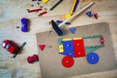 Blocs, marteau et clous sur une table Image libre de droits