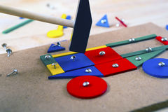 Blocs, marteau et clous sur une table Photographie stock libre de droits
