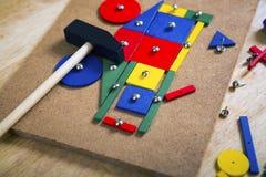 Blocs, marteau et clous sur une table Image stock