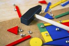 Blocs, marteau et clous sur une table Images libres de droits