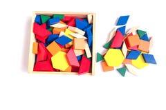 Blocs multicolores en bois dans une boîte en bois sur un fond blanc photos libres de droits