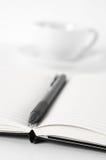 Blocs-notes avec le stylo et le café Photographie stock