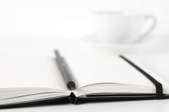 Blocs-notes avec le stylo et le café Image libre de droits