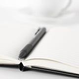 Blocs-notes avec le stylo et le café Image stock