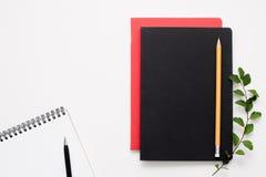 Blocs-notes noirs et rouges avec les ouverts, l'espace libre Image stock