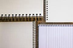 Blocs-notes ouverts réglés d'isolement sur le contexte en bois images libres de droits