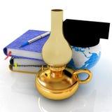 Blocs-notes, stylo, lampe de kérosène et terre dans le chapeau d'obtention du diplôme illustration libre de droits