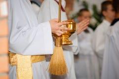 Blod, vin och heligt vatten Mass i kyrkan royaltyfri bild
