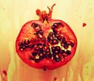 bloda ner pomegranade Arkivfoton
