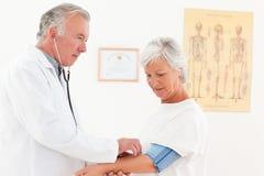 bloddoktor hans patient ta för tryck Arkivfoton