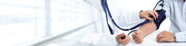 bloddoktor som mäter patient tryck Royaltyfri Foto