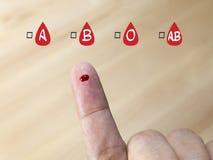 Blodgruppprovning med blodgruppsymbolen Arkivfoton