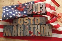 Blodig amerikanska flaggan med Boston maratonord Arkivfoto