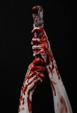 Blodig hand som rymmer en justerbar skiftnyckel, blodig tangent, galen rörmokare, blodigt tema, halloween tema, svart bakgrund so Arkivbilder
