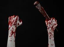 Blodig hand som rymmer en justerbar skiftnyckel, blodig tangent, galen rörmokare, blodigt tema, halloween tema, svart bakgrund so Royaltyfri Foto