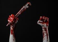 Blodig hand som rymmer en justerbar skiftnyckel, blodig tangent, galen rörmokare, blodigt tema, halloween tema, svart bakgrund so Royaltyfri Bild