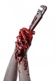 Blodig hand som rymmer en justerbar skiftnyckel, blodig tangent, galen rörmokare, blodigt tema, halloween tema, vit bakgrund som  Arkivfoton