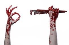 Blodig hand som rymmer en justerbar skiftnyckel, blodig tangent, galen rörmokare, blodigt tema, halloween tema, vit bakgrund som  Royaltyfria Foton