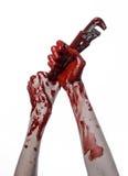 Blodig hand som rymmer en justerbar skiftnyckel, blodig tangent, galen rörmokare, blodigt tema, halloween tema, vit bakgrund som  Arkivbild