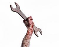 Blodig hand som rymmer en stor skiftnyckel, blodig skiftnyckel, stor tangent, blodigt tema, halloween tema, galen mekaniker Fotografering för Bildbyråer