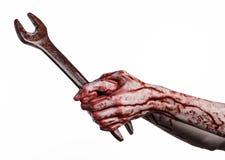 Blodig hand som rymmer en stor skiftnyckel, blodig skiftnyckel, stor tangent, blodigt tema, halloween tema, galen mekaniker, vit  Royaltyfria Bilder