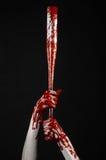 Blodig hand som rymmer ett baseballslagträ, ett blodigt baseballslagträ, slagträ, blodsport, mördare, levande död, halloween tema Royaltyfri Fotografi