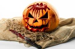 Blodig pumpa, stålarlykta, pumpa halloween, halloween tema, pumpamördare, blodig kniv, påse, rep, vit bakgrund, isola Royaltyfri Bild
