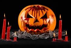 Blodig pumpa, stålarlykta, pumpa halloween, röda stearinljus på en svart bakgrund, halloween tema, pumpamördare Royaltyfria Bilder