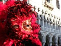 Blodig röd maskering, karneval av Venedig Arkivfoto