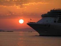 Blodig solnedgång på havet arkivbild