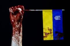 Blodiga händer, flaggan av Ukraina i blodet, revolution i Ukraina, svart bakgrund Royaltyfria Foton