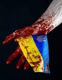 Blodiga händer, flaggan av Ukraina i blodet, revolution i Ukraina, svart bakgrund Arkivfoton