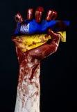 Blodiga händer, flaggan av Ukraina i blodet, revolution i Ukraina, svart bakgrund Royaltyfri Foto