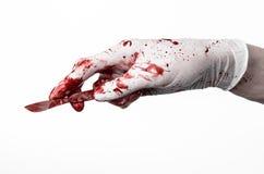 Blodiga händer i handskar med skalpellet, vit bakgrund som isoleras, doktor, mördare, galning Royaltyfri Bild