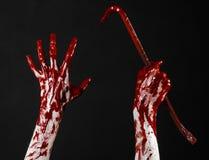 Blodiga händer med en kofot, handkrok, halloween tema, mördarelevande död, svart bakgrund, isolerad blodig kofot Arkivbilder