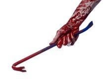 Blodiga händer med en kofot, handkrok, halloween tema, mördarelevande död, vit bakgrund, isolerad blodig kofot Royaltyfri Fotografi
