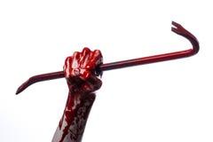 Blodiga händer med en kofot, handkrok, halloween tema, mördarelevande död, vit bakgrund, isolerad blodig kofot Royaltyfria Bilder
