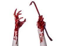 Blodiga händer med en kofot, handkrok, halloween tema, mördarelevande död, vit bakgrund, isolerad blodig kofot Arkivfoton