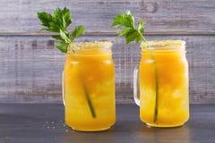 Blodiga mary coctail som göras med gula tomater Tomatfruktsaft med selleri, kryddor, saltar och is Royaltyfria Foton