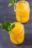 Blodiga mary coctail som göras med gula tomater Tomatfruktsaft med selleri, kryddor, saltar och is Royaltyfri Bild