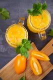 Blodiga mary coctail som göras med gula tomater Tomatfruktsaft med selleri, kryddor, saltar och is Royaltyfria Bilder