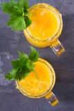 Blodiga mary coctail som göras med gula tomater Tomatfruktsaft med selleri, kryddor, saltar och is Arkivbild