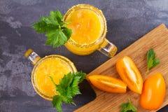 Blodiga mary coctail som göras med gula tomater Tomatfruktsaft med selleri, kryddor, saltar och is Fotografering för Bildbyråer