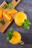 Blodiga mary coctail som göras med gula tomater Tomatfruktsaft med selleri, kryddor, saltar och is Arkivfoto