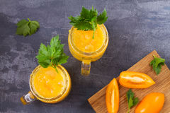 Blodiga mary coctail som göras med gula tomater Tomatfruktsaft med selleri, kryddor, saltar och is Royaltyfri Foto