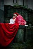 Blodiga revor för ung blond flickagråt i kyrkogården Royaltyfria Foton