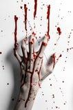 Blodigt halloween tema: det blodiga handtrycket på en vit lämnar den blodiga väggen Royaltyfria Foton
